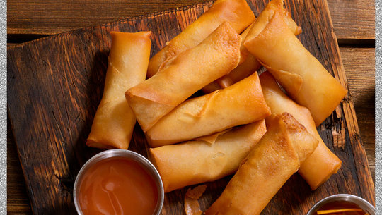 spring rolls with dipping sauce
